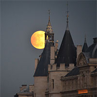 Post image for Pink Moon in Paris